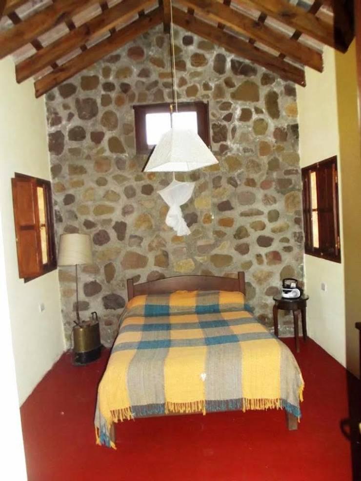 Casco de Finca en La Caldera: Dormitorios de estilo  por Valy