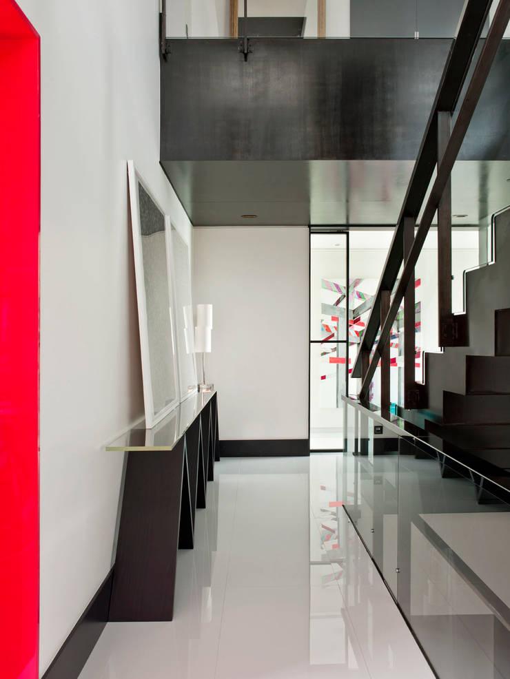 MODERN&DARING: Corredores e halls de entrada  por SA&V - SAARANHA&VASCONCELOS