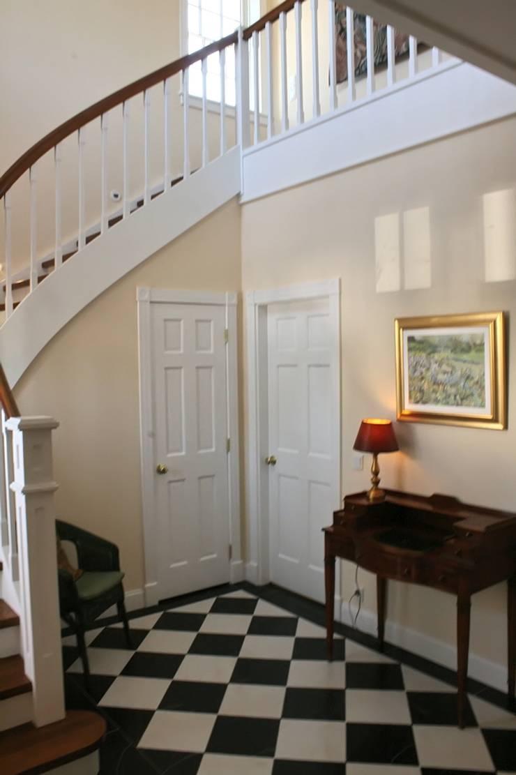 MANSION MINSTER Stairs:  Flur & Diele von THE WHITE HOUSE american dream homes gmbh