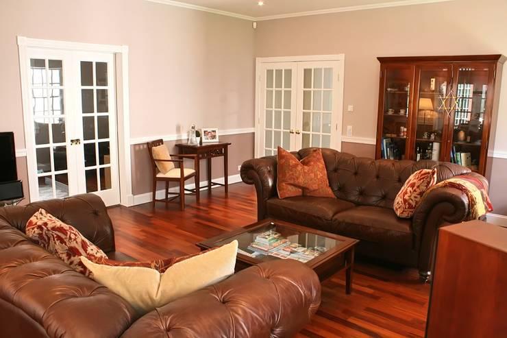 MANSION MINSTER Living Room:  Wohnzimmer von THE WHITE HOUSE american dream homes gmbh