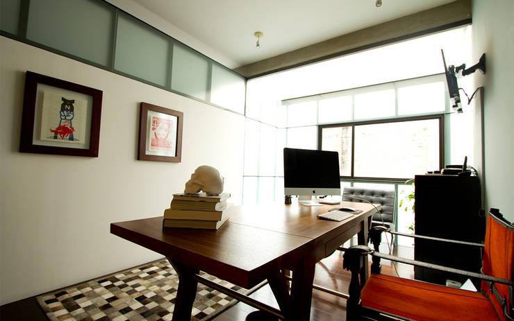 CASA CONDESA: Estudios y oficinas de estilo  por Ploka 8.7