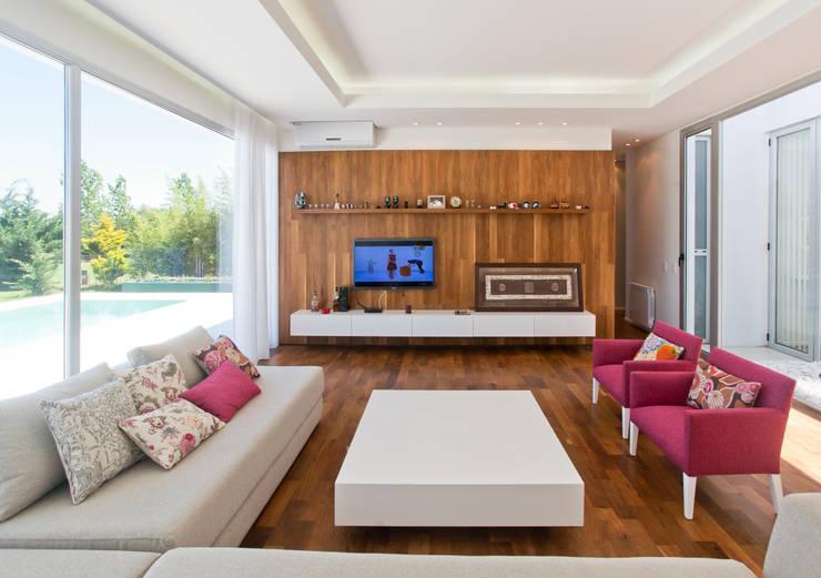 modern Living room by VISMARACORSI ARQUITECTOS