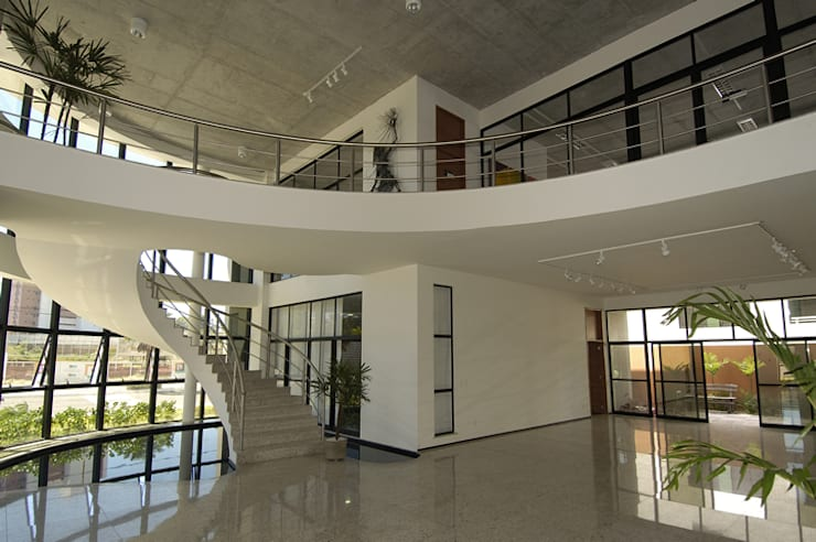Fotosensores: Espaços comerciais  por Aurion Arquitetura e Consultoria Ltda