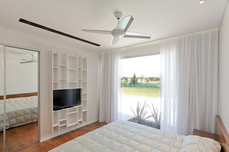 Bedroom by VISMARACORSI ARQUITECTOS