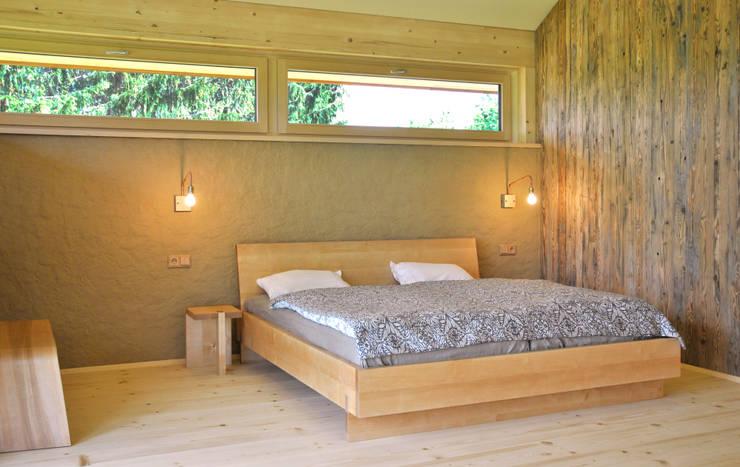 Gestecktes Bett mit Nachtkästchen:  Schlafzimmer von Holzbearbeitung Raphael Lempert