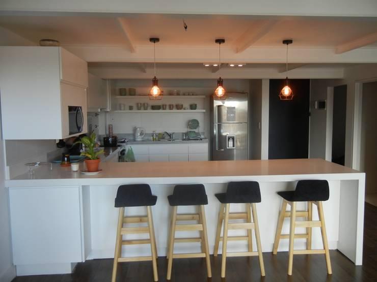 Modern dining room by Fainzilber Arqts. Modern