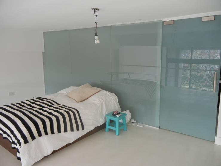Modern style bedroom by Fainzilber Arqts. Modern