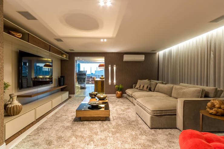 Home Theater: Salas de estar  por Flaviane Pereira