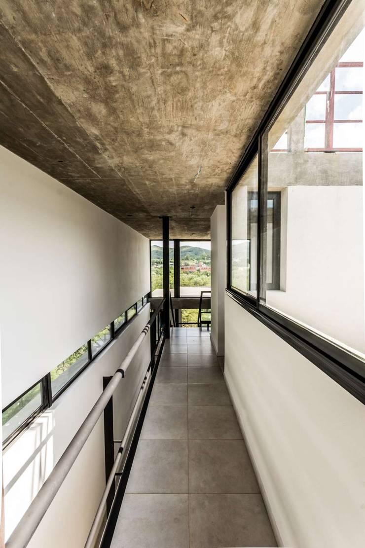 CASA NIETO: Pasillos y recibidores de estilo  por ARP Arquitectos