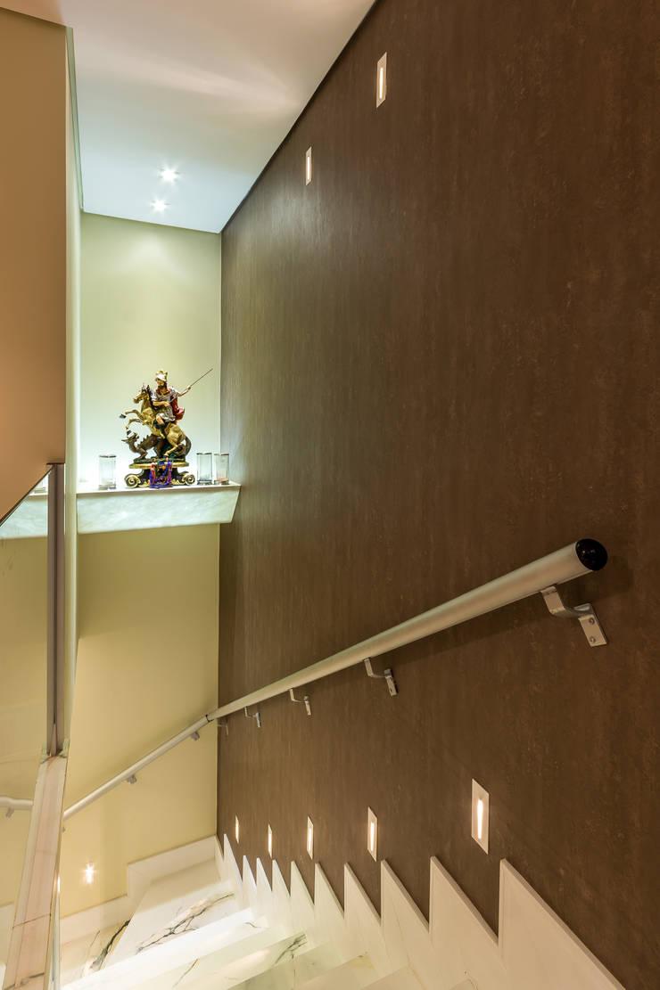 Hall de escada e oratório: Corredores e halls de entrada  por Flaviane Pereira