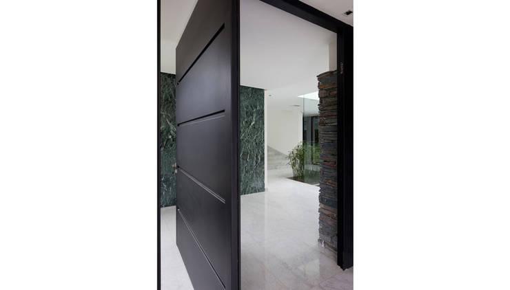 Ventanas de estilo  por Remy Arquitectos