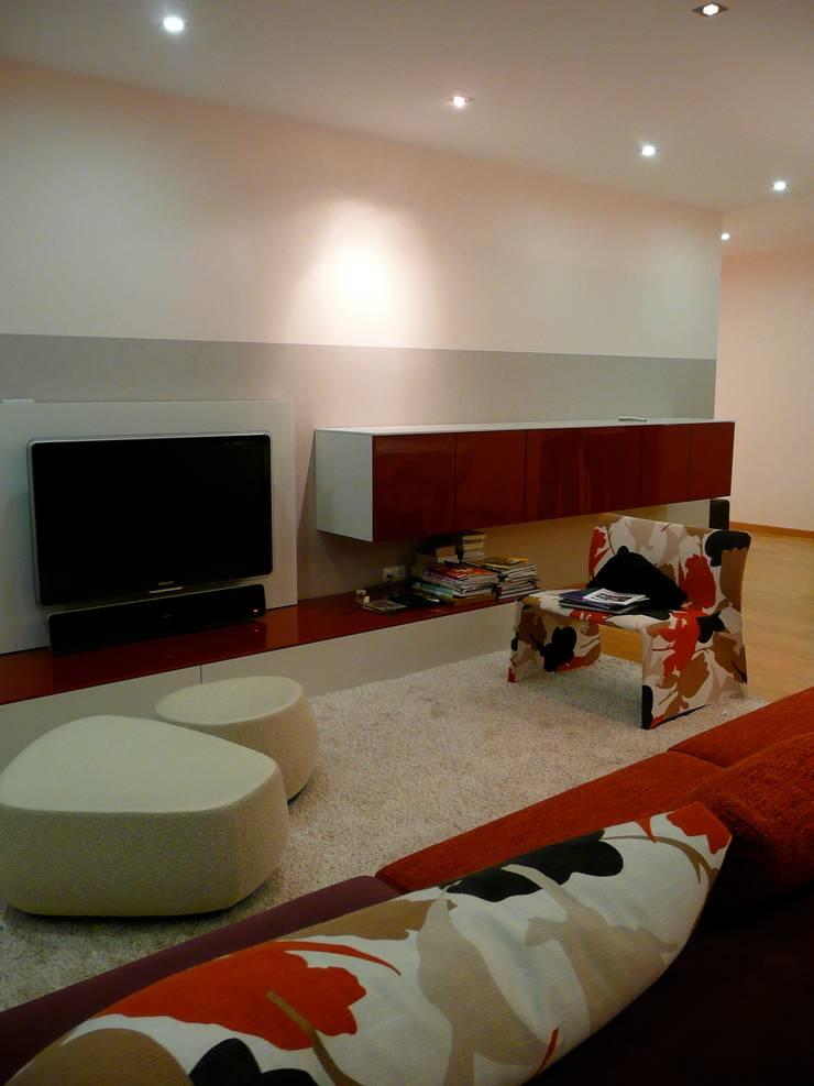 Apartamento EM+PV: Salas de estar  por Space Invaders _ Arquitectura e Design