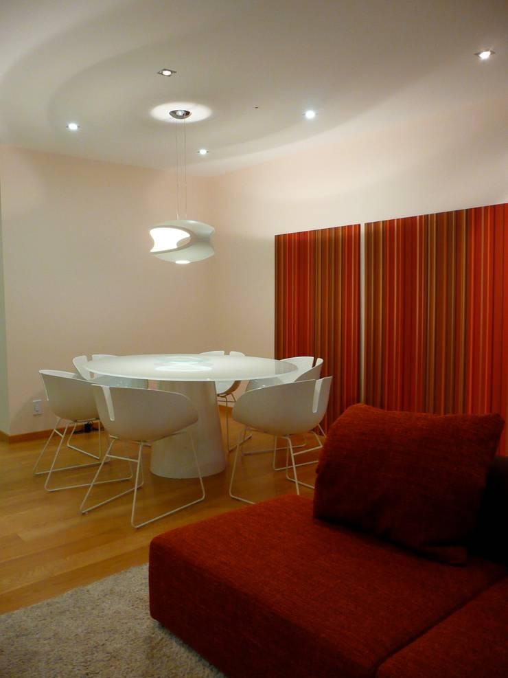 Apartamento EM+PV: Salas de jantar  por Space Invaders _ Arquitectura e Design