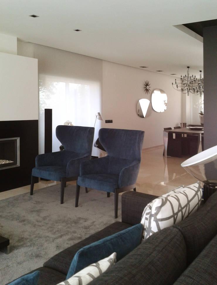 Moradia R+MA: Salas de estar  por Space Invaders _ Arquitectura e Design