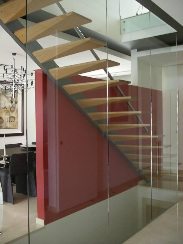 Moradia R+MA: Corredores e halls de entrada  por Space Invaders _ Arquitectura e Design