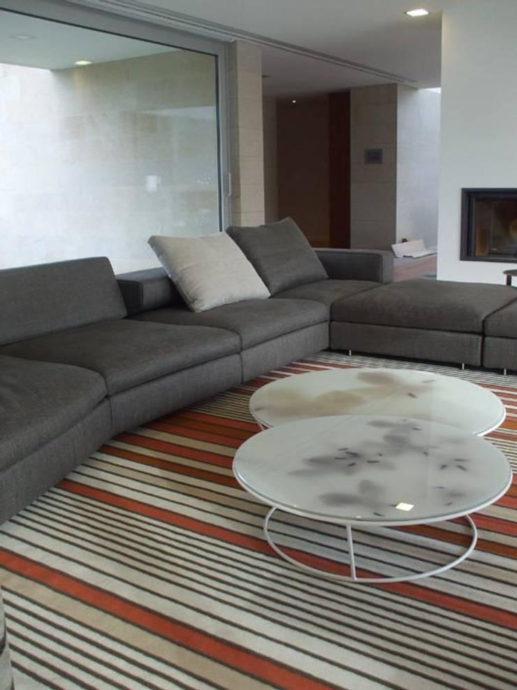 Moradia A+LO: Salas de estar  por Space Invaders _ Arquitectura e Design