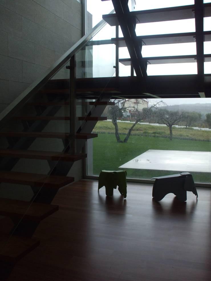 Moradia A+LO: Corredores e halls de entrada  por Space Invaders _ Arquitectura e Design