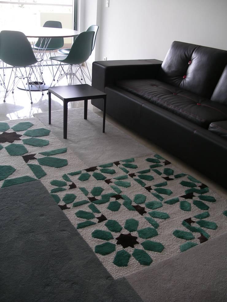 Apartamento de férias EN: Salas de estar  por Space Invaders _ Arquitectura e Design