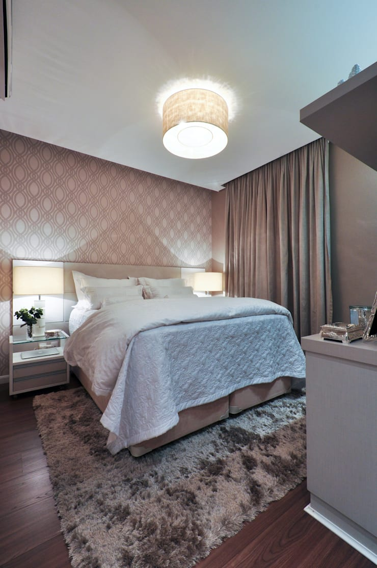 Iluminação de destaque em apartamento no litoral paulista : Quartos  por Guido Iluminação e Design