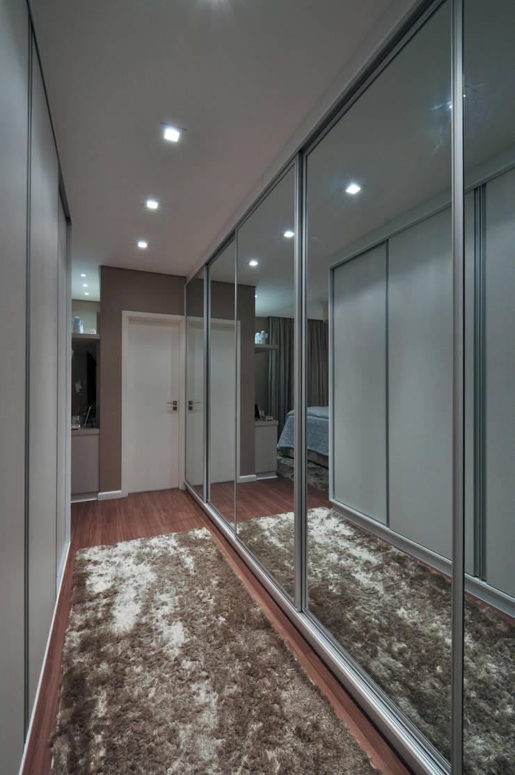 Iluminação de destaque em apartamento no litoral paulista : Closets  por Guido Iluminação e Design