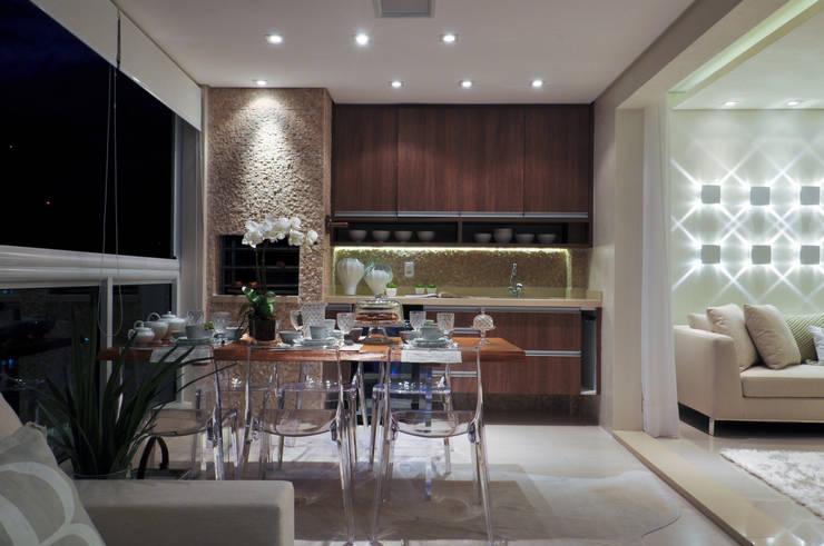 Iluminação de destaque em apartamento no litoral paulista : Cozinhas  por Guido Iluminação e Design