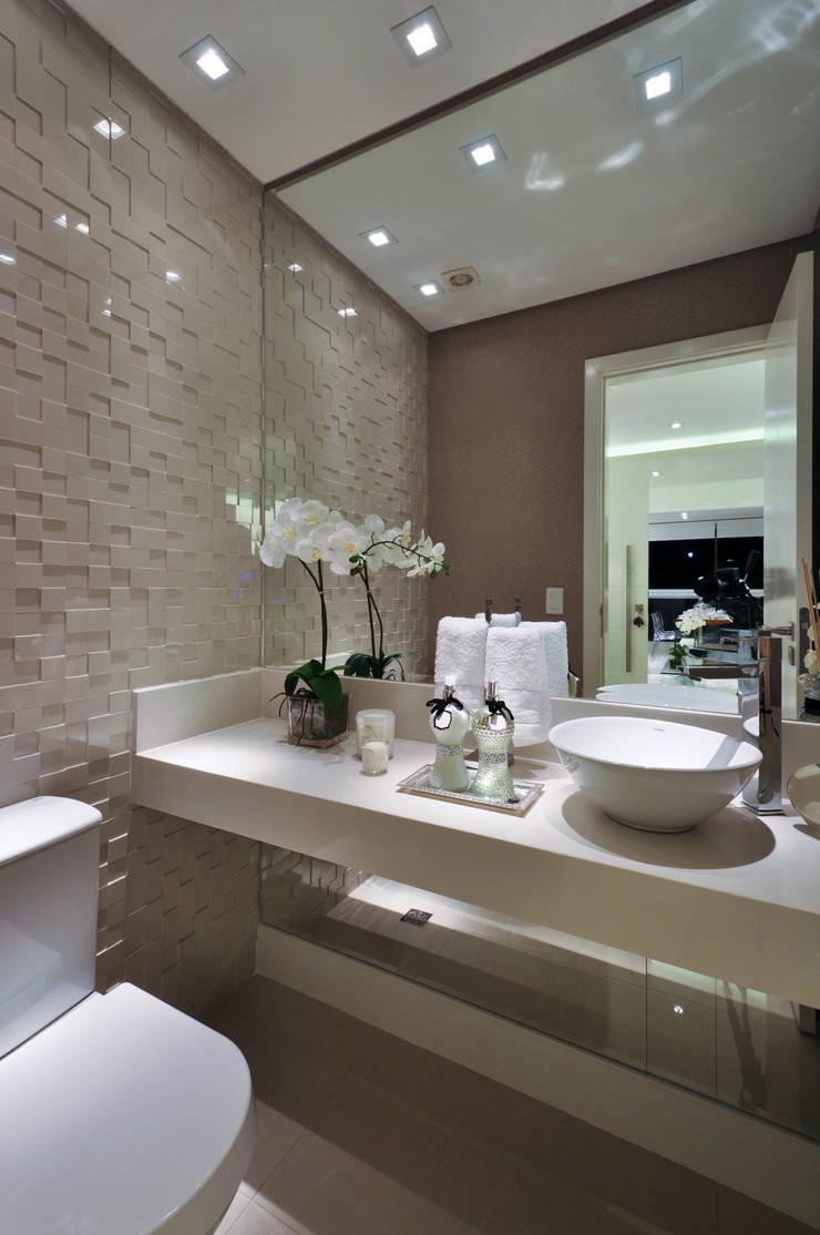 Iluminação de destaque em apartamento no litoral paulista : Banheiros  por Guido Iluminação e Design
