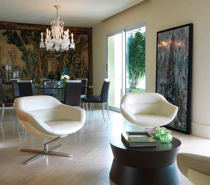 residência JAC: Salas de estar modernas por Studio Marcio Michaluá
