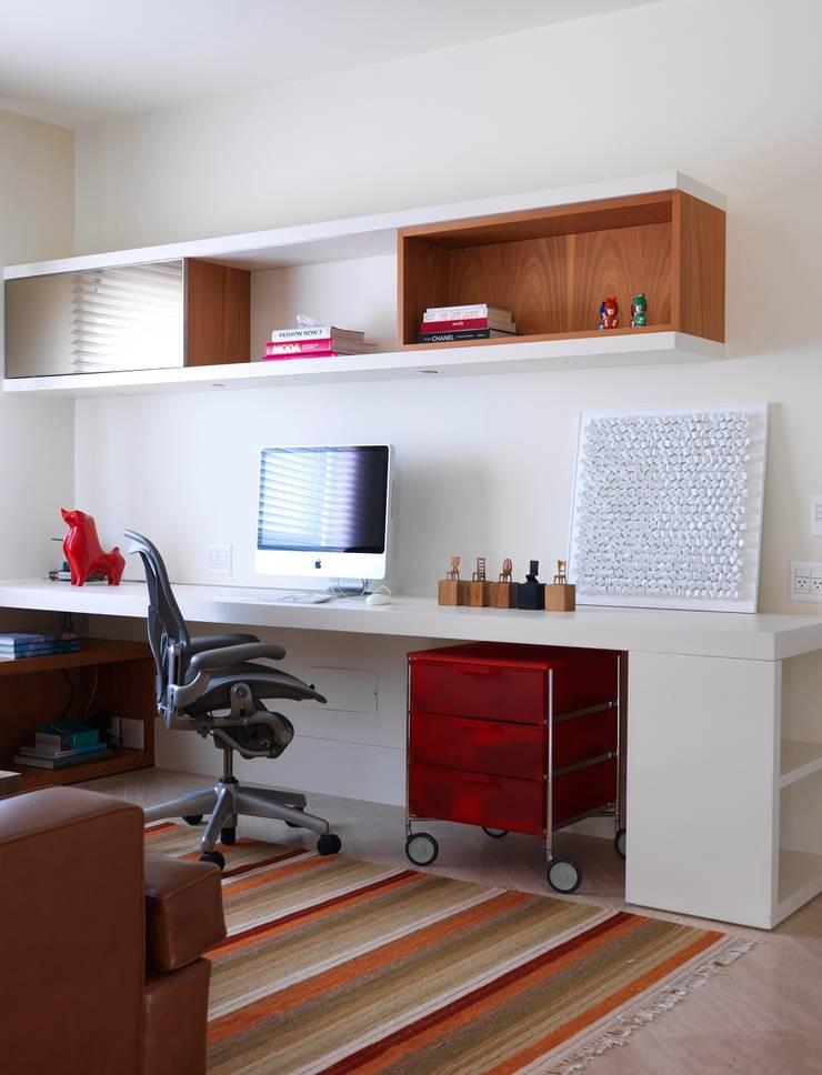 residência JAC: Escritórios  por Studio Marcio Michaluá