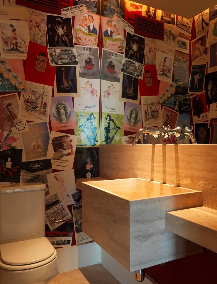 residência JAC: Banheiros modernos por Studio Marcio Michaluá