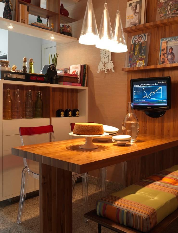residência JAC: Cozinhas modernas por Studio Marcio Michaluá