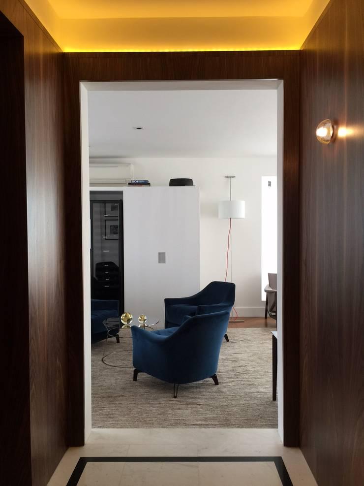residência RV: Corredores e halls de entrada  por Studio Marcio Michaluá