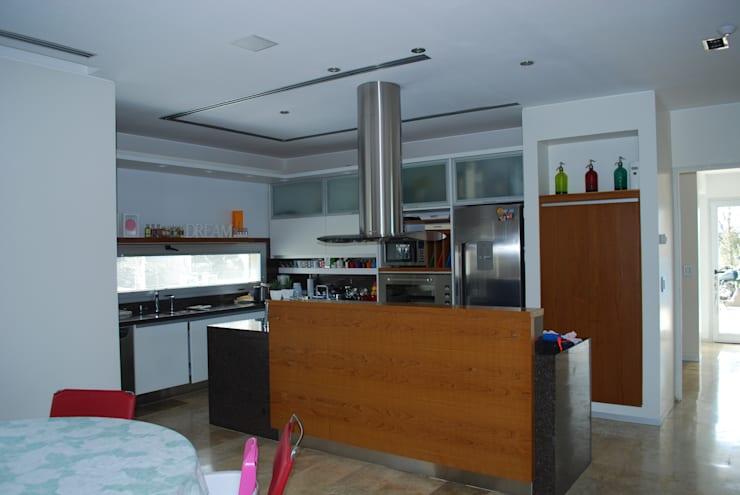 vivienda unifamiliar: Cocinas de estilo moderno por cm espacio & arquitectura srl