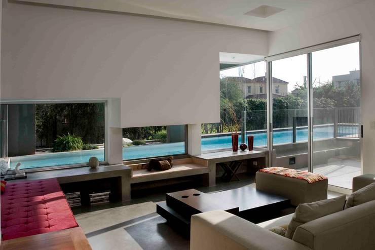 Casa RM: Livings de estilo minimalista por Remy Arquitectos