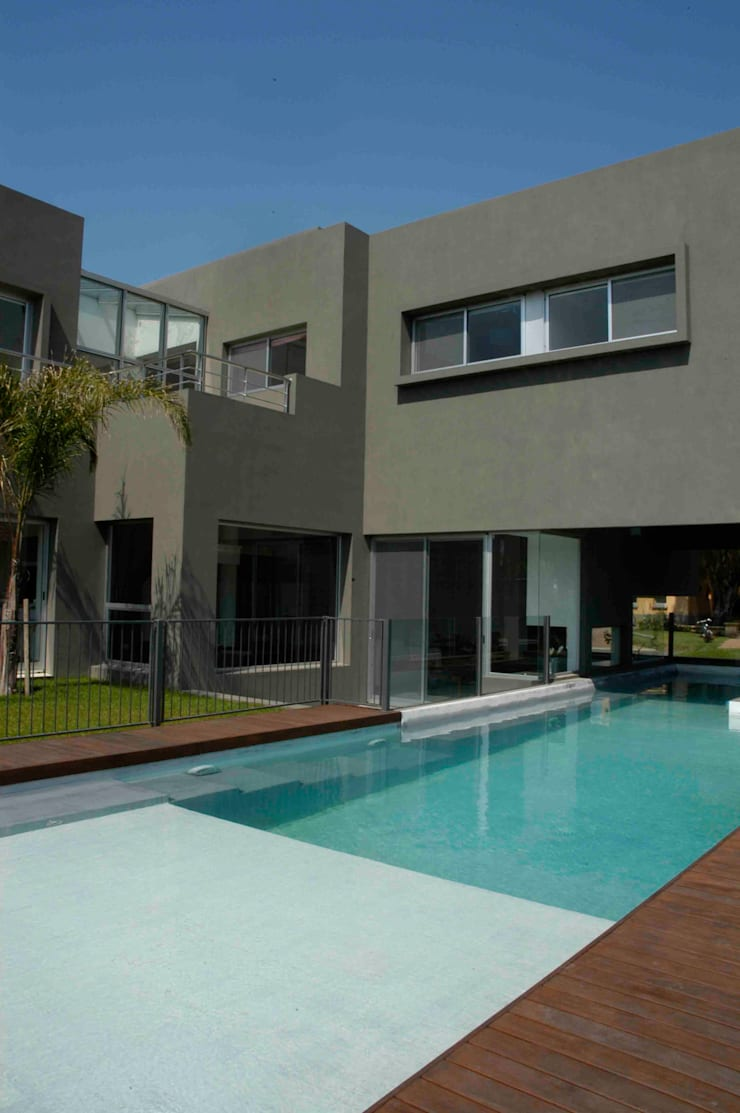 Casa RM: Piletas de estilo minimalista por Remy Arquitectos