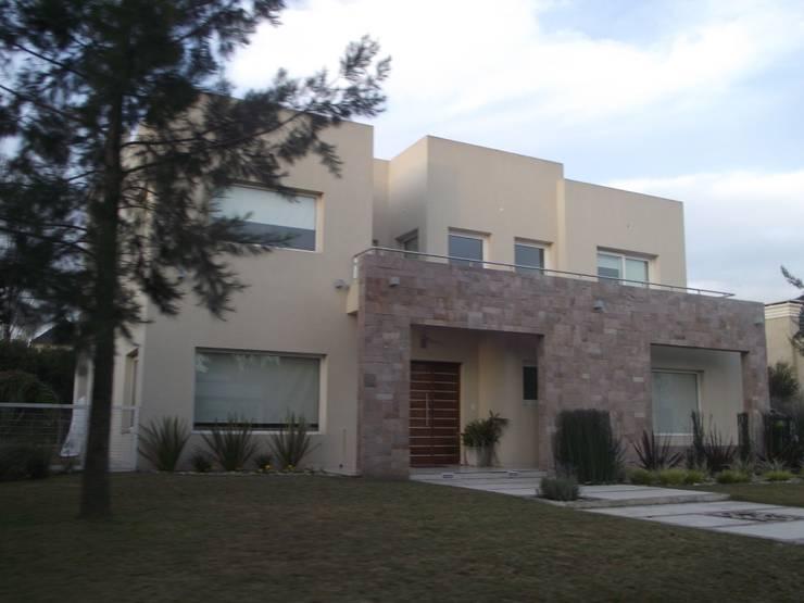 Casa en Barrio Cerrado: Casas de estilo  por Grupo PZ
