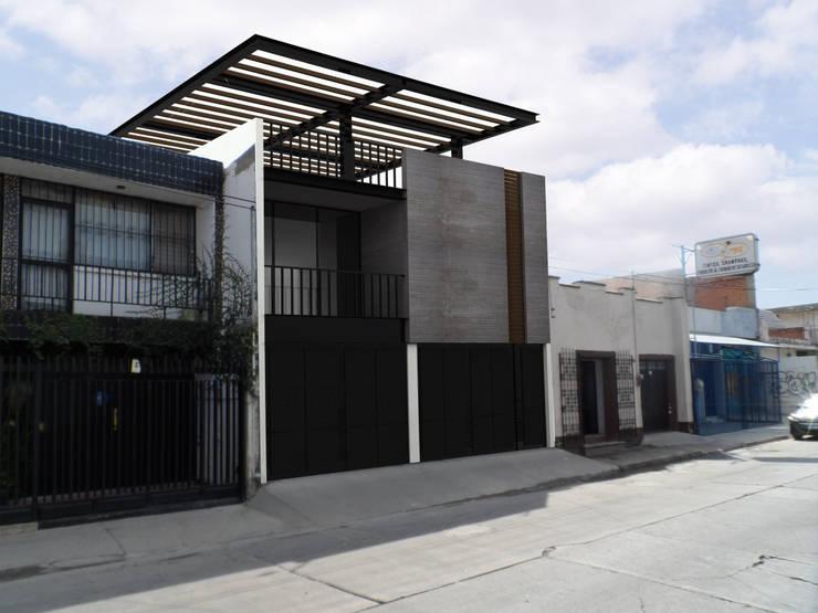 Mayo 5_1x2: Casas de estilo  por AD ARQUITECTOS