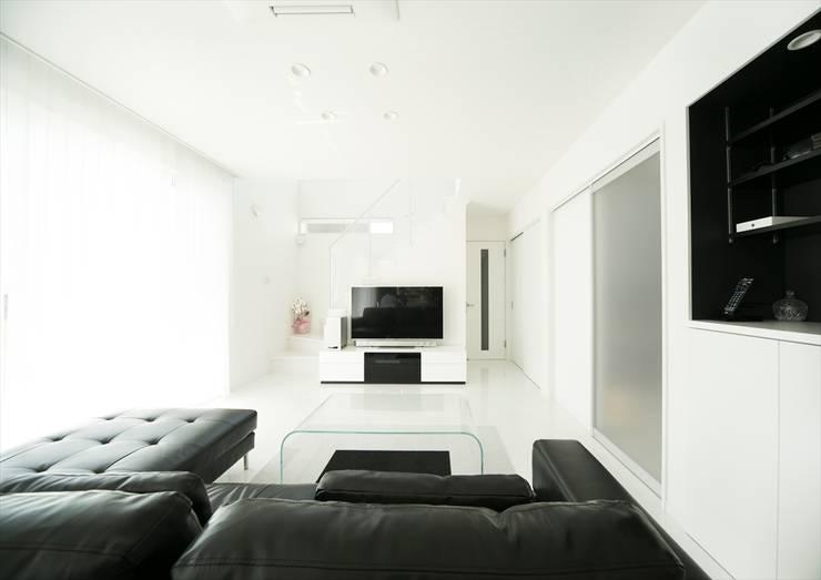 白と黒で統一された、スタイリッシュなLDK。: ナイトウタカシ建築設計事務所が手掛けたリビングです。