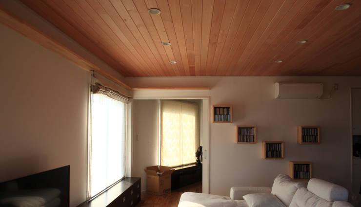 Living room by 佐久間達也空間計画所