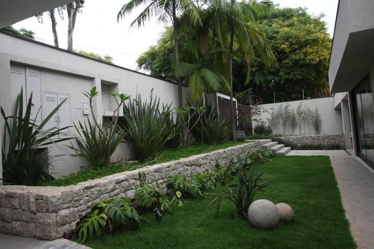 Arrimo - Moledo Guaruja: Jardins  por HZ Paisagismo
