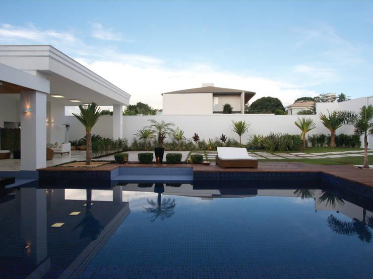 Residência Bauru II Piscinas clássicas por HZ Paisagismo Clássico