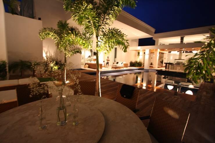 Residência Bauru II Jardins clássicos por HZ Paisagismo Clássico