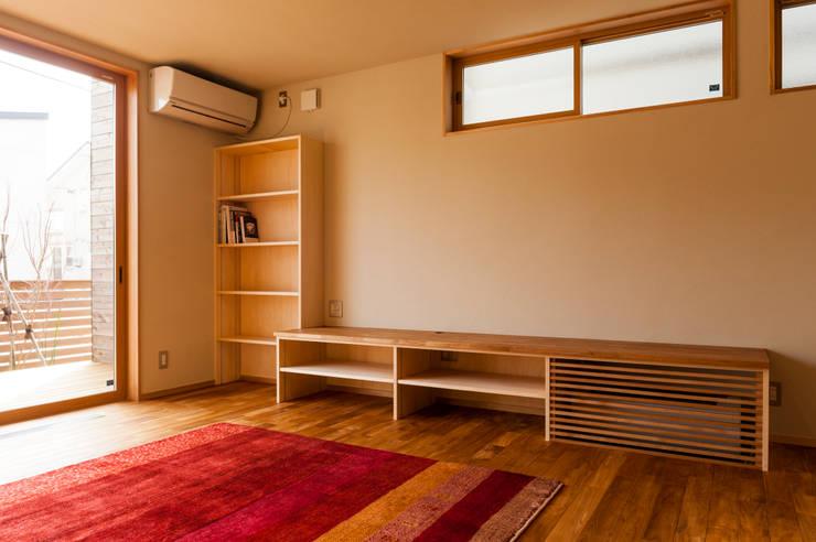 造り付け本棚・TVボード(床下エアコン収納含む): 株式会社山口工務店が手掛けたリビングです。