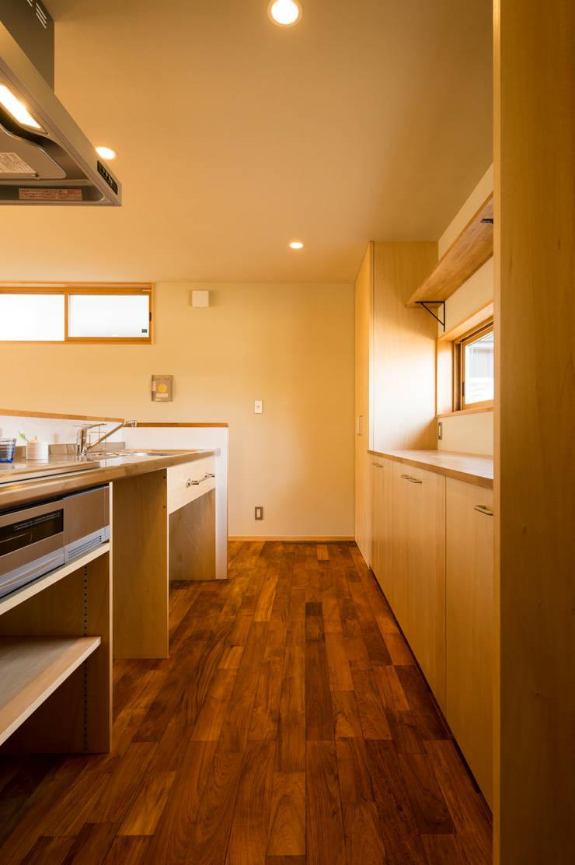 キッチン(造作キッチン・背面収納): 株式会社山口工務店が手掛けたキッチンです。