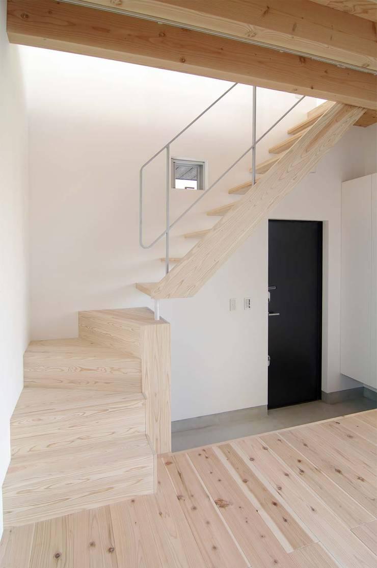 二俣川の家: ディンプル建築設計事務所が手掛けた廊下 & 玄関です。