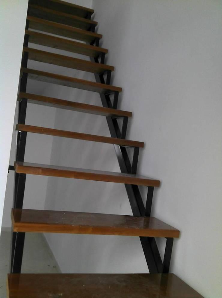 Escalera interior: Pasillos y recibidores de estilo  por Gigante ::: Estudio de Arquitectura