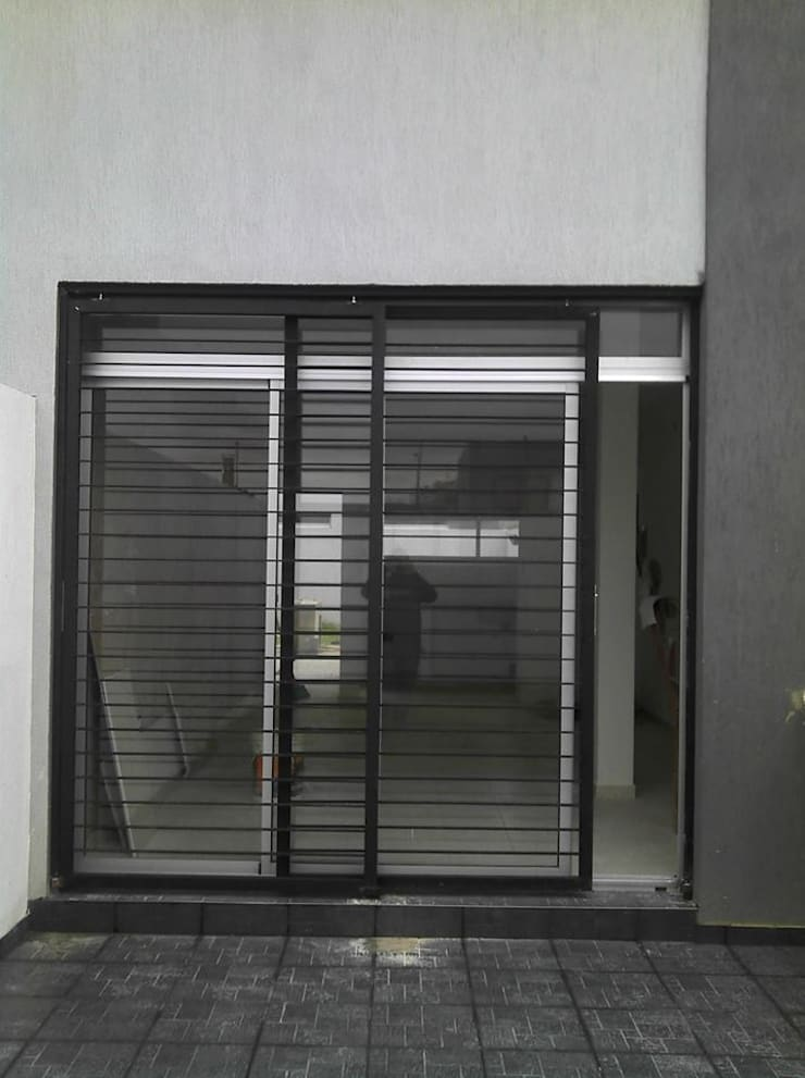 Rejas en patios interiores: Casas de estilo  por Gigante ::: Estudio de Arquitectura