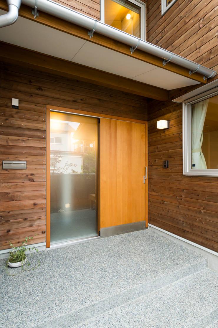 木製玄関引戸(断熱気密型): 株式会社山口工務店が手掛けた窓です。