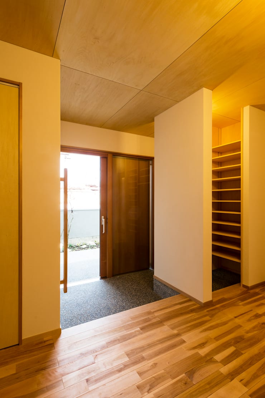 玄関: 株式会社山口工務店が手掛けた廊下 & 玄関です。