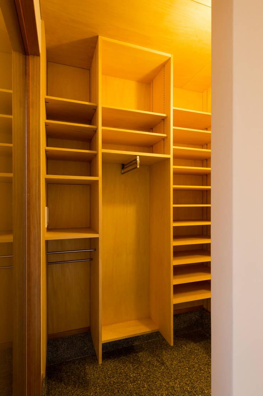 造り付けシューズクローク棚(コート掛け・傘掛け・郵便受け含む): 株式会社山口工務店が手掛けた廊下 & 玄関です。