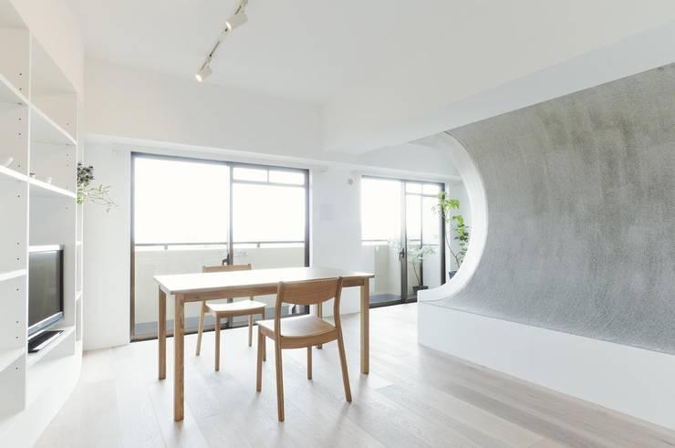 へこみとふくらみ: ディンプル建築設計事務所が手掛けたリビングです。